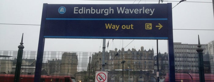 Edinburgh Waverley Railway Station (EDB) is one of Lugares favoritos de Martins.
