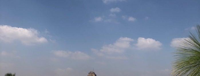 Pool at Grand Nile Tower Hotel is one of Queen'in Beğendiği Mekanlar.