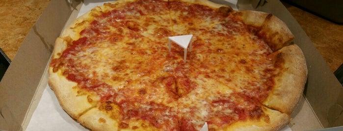 Rocco's Pizzeria is one of Locais salvos de Lizzie.