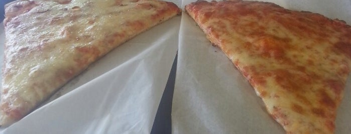 Williams Pizza is one of สถานที่ที่ Sandra ถูกใจ.