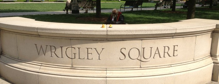 Wrigley Square is one of Posti che sono piaciuti a Bill.