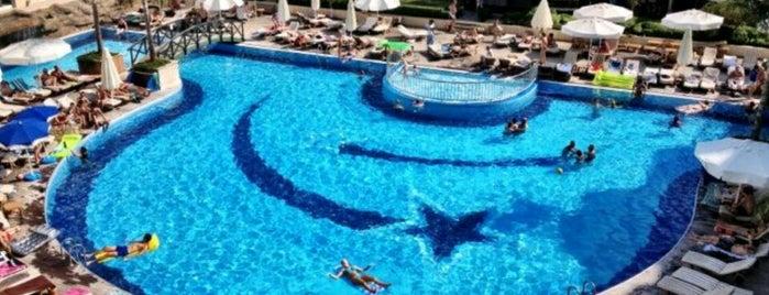 Meder Resort Hotel Swimming Pool is one of Tempat yang Disukai Parisa.
