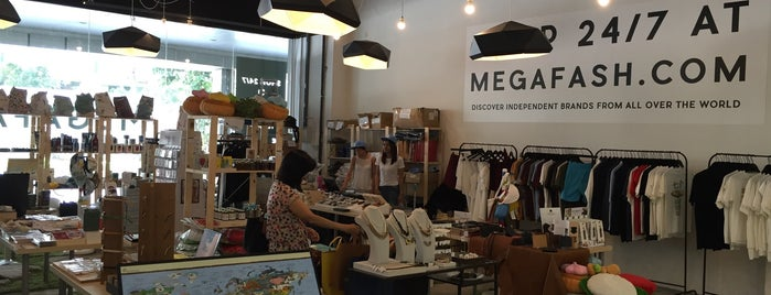 Megafash pop-up store is one of Lieux qui ont plu à Ian.