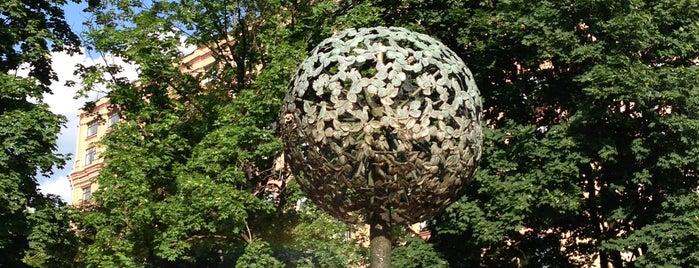 Фонтан-памятник «Адам и Ева под Райским деревом» is one of Tempat yang Disukai Lara.