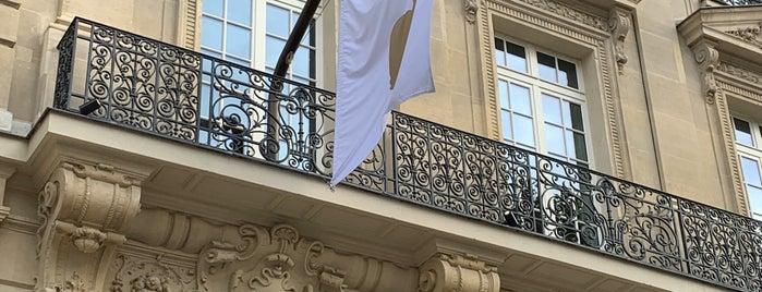 Apple Champs-Élysées is one of Lieux qui ont plu à Esra.