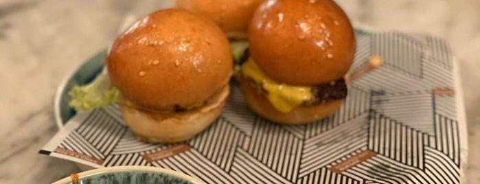ROASTED Way Burger is one of Lieux sauvegardés par Queen.