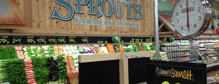 Sprouts Farmers Market is one of Lugares favoritos de Michael.