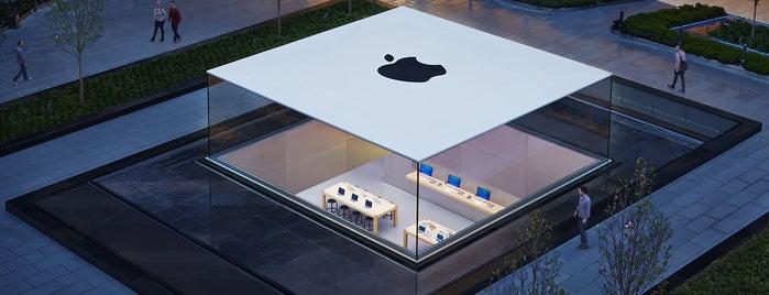 Apple Store is one of สถานที่ที่ Burak ถูกใจ.
