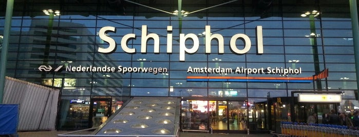 Aeropuerto de Ámsterdam-Schiphol (AMS) is one of Lugares favoritos de Sebastián.