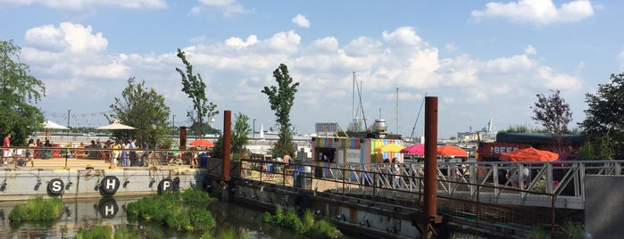 Spruce Street Harbor Park is one of Orte, die Luis Felipe gefallen.