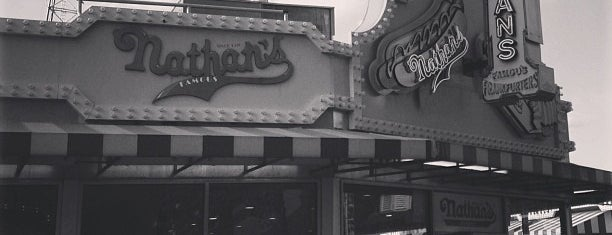 Nathan's Hot Dogs is one of Orte, die Mario gefallen.