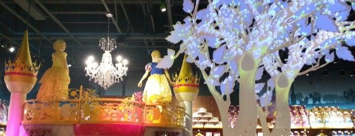 Disney Store is one of สถานที่ที่ Mei ถูกใจ.