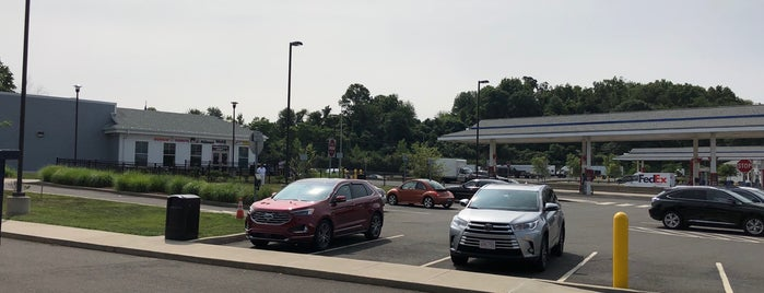 I-95S Branford Service Plaza is one of Posti che sono piaciuti a Sagy.