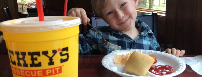 Dickey's Barbecue Pit is one of Lugares favoritos de Drew.