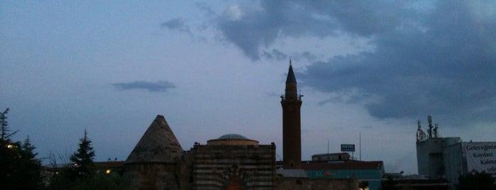 Cacabey Meydanı is one of Posti che sono piaciuti a Yılmaz.