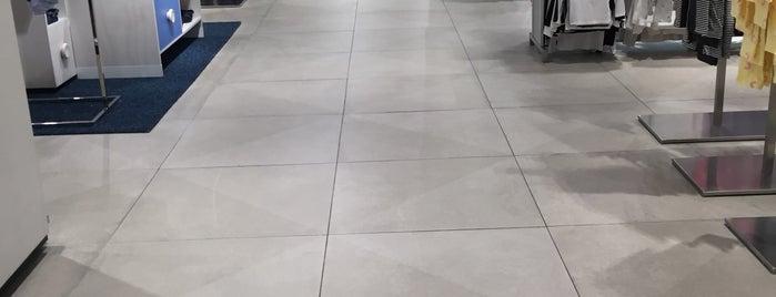 H&M is one of Orte, die Shank gefallen.