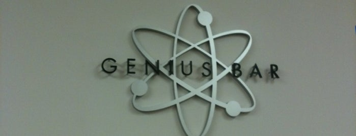 Apple's Genius Bar is one of Tempat yang Disukai Betsy.
