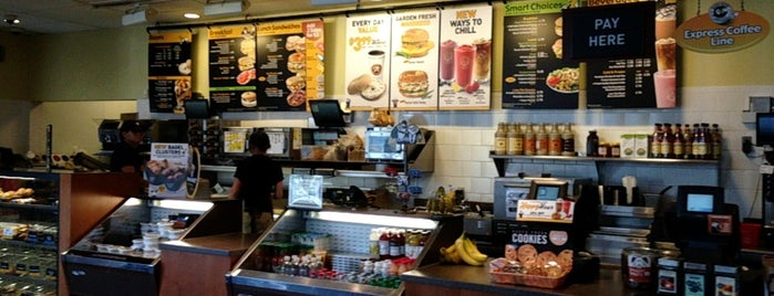 Einstein Bros Bagels is one of Locais curtidos por Divya.