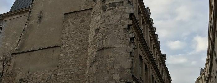 Section de muraille de l'enceinte de Philippe Auguste is one of Paris.