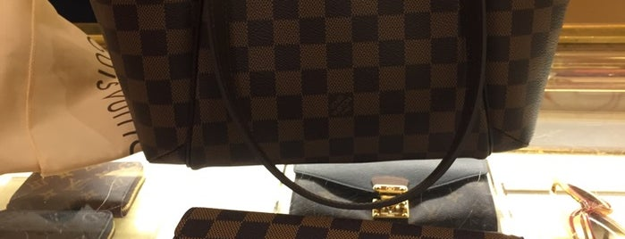 Louis Vuitton Raleigh Saks - Closed is one of Locais salvos de David.