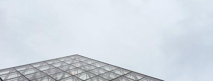 Museum Louvre is one of Tempat yang Disukai Matt.