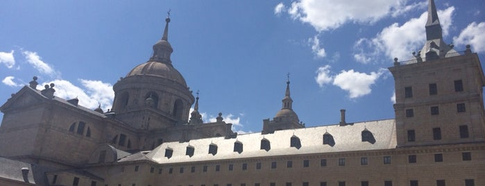 Monasterio de San Lorenzo de El Escorial is one of Locais curtidos por Julia.