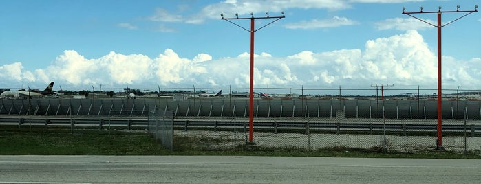Fort Lauderdale Hollywood International Airport-- Air Traffic Control Tower is one of Posti che sono piaciuti a Hakan.
