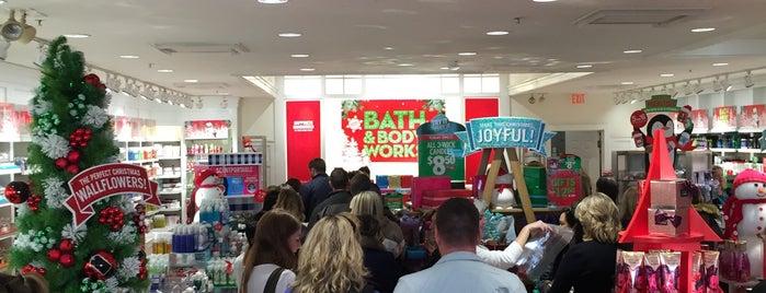 Bath & Body Works is one of สถานที่ที่ Michelle ถูกใจ.
