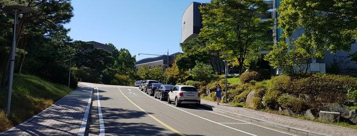 서울대학교 58동 SK경영관 (Seoul Nat'l University - SK Management System) is one of สถานที่ที่ Kyusang ถูกใจ.