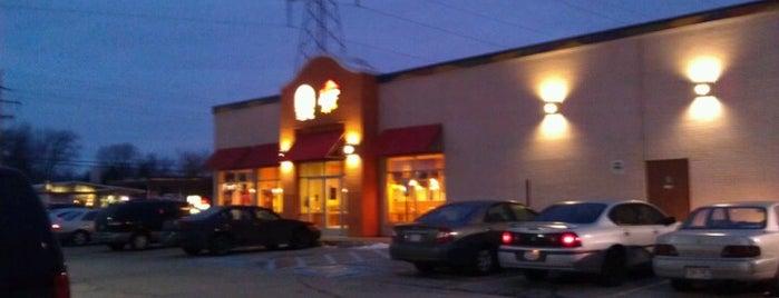 Taco Bell is one of Tempat yang Disukai Shari.