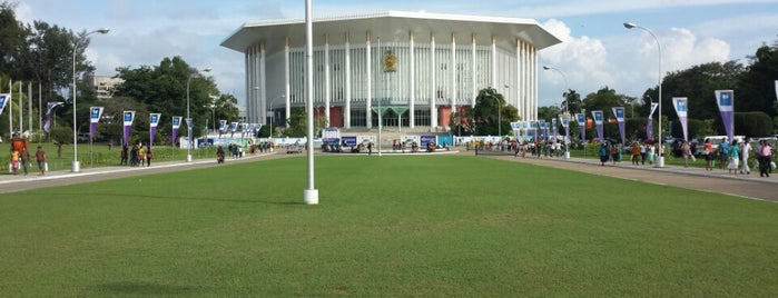Bandaranaike Memorial International Conference Hall is one of สถานที่ที่ Vee ถูกใจ.