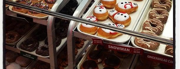 Krispy Kreme Doughnuts is one of Tempat yang Disukai David.