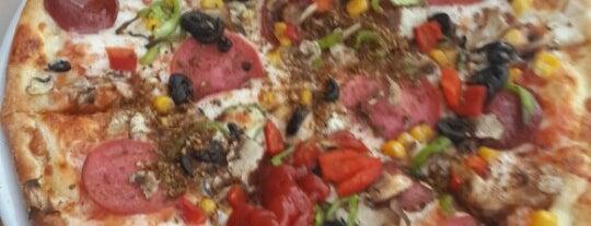 Pizza Pizza is one of Lugares favoritos de Ferhan.