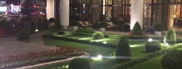 Hilton Bursa Patisserie Vivienne is one of Lieux qui ont plu à Lale.