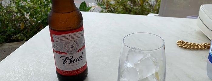 blu bar is one of สถานที่ที่ Wade ถูกใจ.