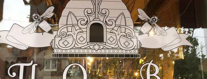 The Queen Bee is one of Locais salvos de Aksel.