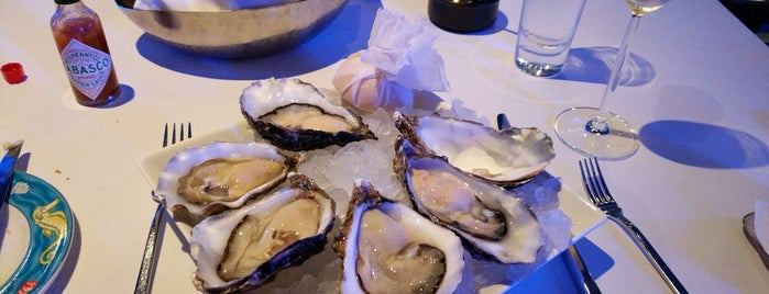 Oyster & Wine Bar is one of Lugares favoritos de Christian.