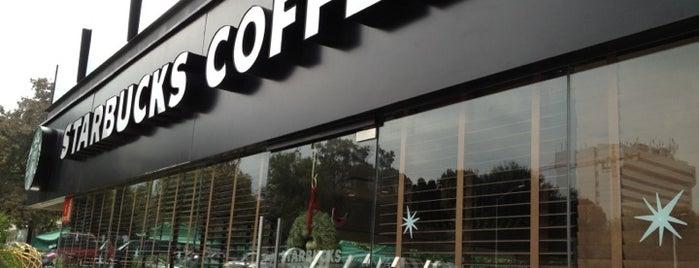 Starbucks is one of Locais curtidos por Santiago.
