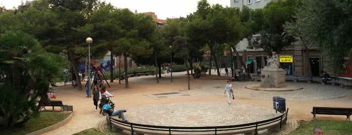 Plaça de Sants is one of Posti che sono piaciuti a Carlos.