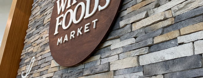 Whole Foods Market Beer & Wine Bar is one of Tempat yang Disukai Fernando.