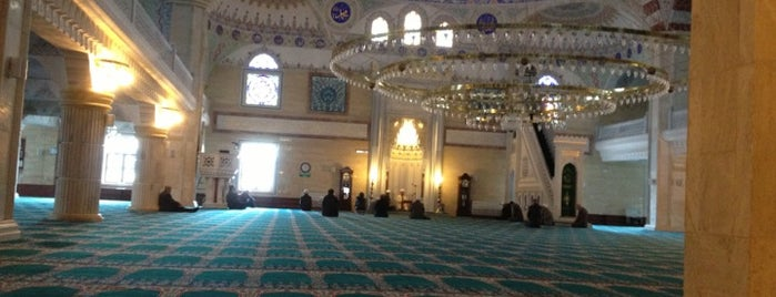 Fatih Sultan Mehmet Camii is one of Metinさんのお気に入りスポット.