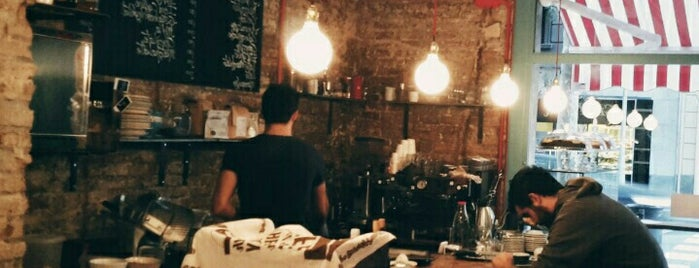 Roast Club Café is one of Barcelona coffee madness.