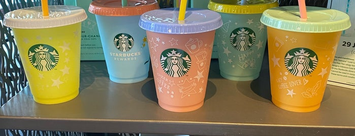 Starbucks is one of Yodphaさんのお気に入りスポット.