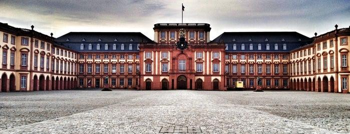 Schloss Mannheim is one of Orte, die Vugar gefallen.