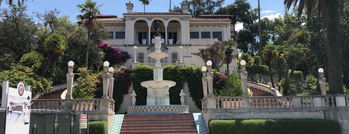 Hearst Castle is one of Tempat yang Disukai Angie.
