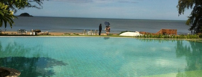 Swimming pool by the beach is one of Tempat yang Disukai Vee.