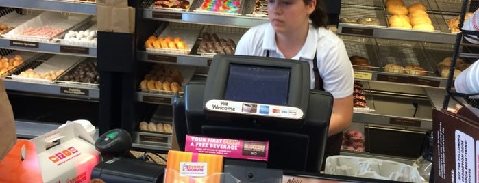 Dunkin' is one of Lugares favoritos de Zachary.