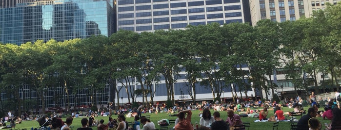 Bryant Park is one of Lugares favoritos de Jeeleighanne.