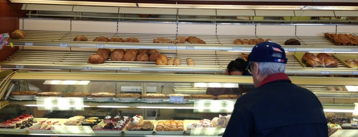 Vitiello's Bakery is one of Tempat yang Disimpan Chris.