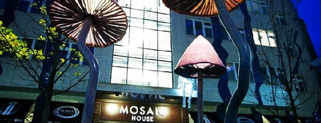 Mosaic House is one of Pau 님이 좋아한 장소.